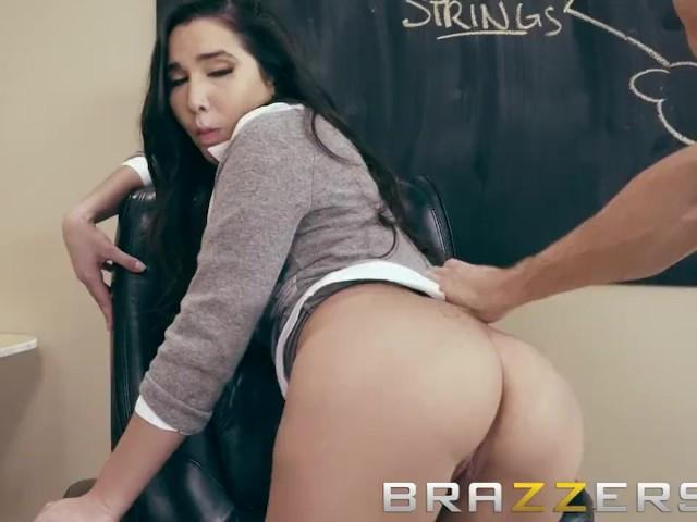 Brazzers Zurück zur Universität – Busty Brunette will ihren Lehrer