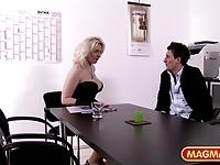 Im blonden Büro von Mia