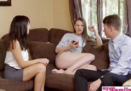 Sie unterrichtet ihre Schwester Sex Inzest